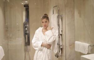 glass-bath-door-woman
