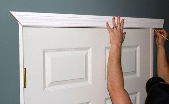 Монтиране на перваз на бяла врата